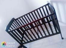سرير طفل و طاولة خشبية و زجاجية للبيع