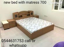 سرير جديد متاح مع فراش قوي جدا