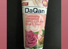 كريم ترطيب اليدين بخلاصة بتلات الورد يعطي بشرتك تفتيح وترطيب لتحصلي على يد ناعمه