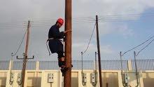 فني كهرباء لتركيب الاعمده والاسلاك الكهربائيه وخدمه الاناره والصيانه السريعه