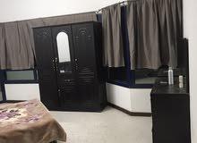 غرفه مفروشه بشارع الكترا مقابل فندق الدانا بشقه نظيفه وهادئة شامل إنترنت وبوتيم