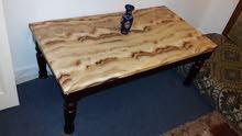 طاولة رخام مع أرجل خشبية