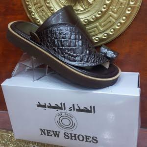 الحذاء الجديد. جلود طبيعيه