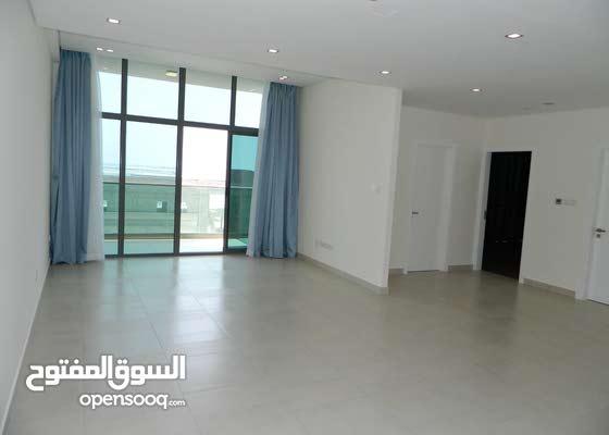 للبيع شقة جديدة وكبيرة نصف مفروشة في درة البحرين