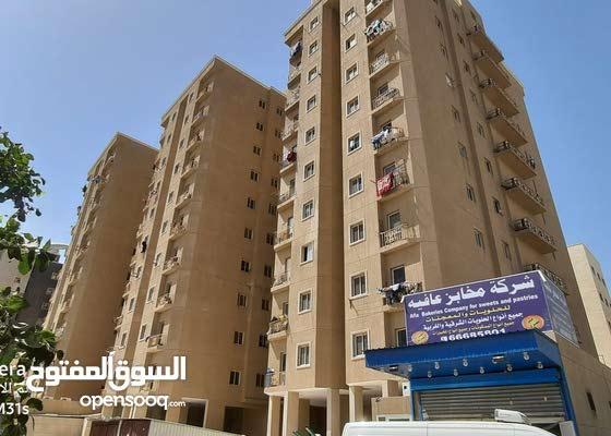 للايجار بالفروانية شقة 3 غرف وحمامين ومطبخ بموقع مميز ومساحات كبيرة