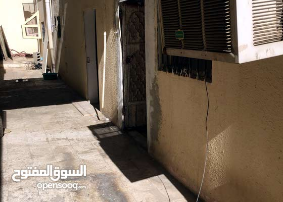 Room and flat available for rent in Makkah 2 rooms 2 hall  kitchen 1 washroom