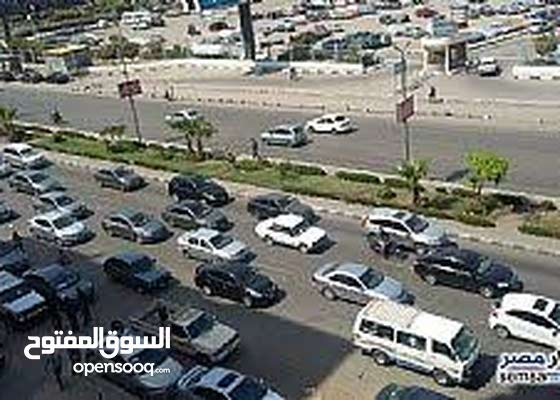 للسكن والشركات شقه تطل علي طريق النصر الرئيسي قرب بوابه نادي المقاولين العرب