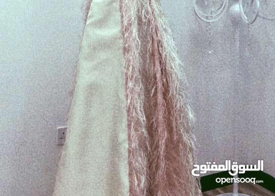 فستان ريش ناعم للايجار مع التاج الأنيق