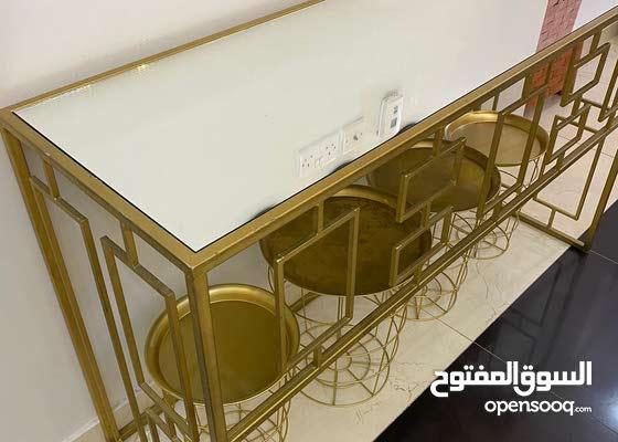 طاولة استقبال الون؛ ذهبي الاستخدام شبه خفيف والسعر مناسب جدا