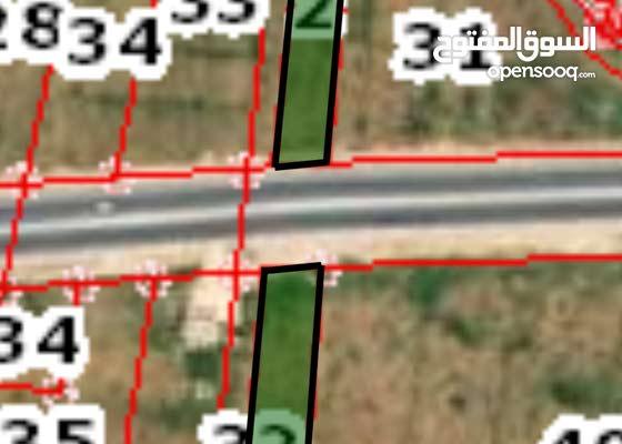 قطعة ارض للبيع على طريق المفرق رحاب،يفصلهم شارع جرش المفرق الرئيسي.