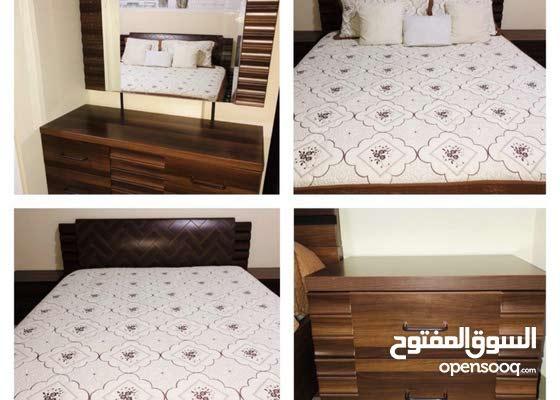 غرفة نوم مكونه من تسريحه وسرير وكوميدون