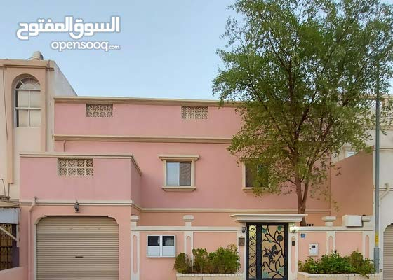 للبيع بيت في مدينه عيسى مساحة 210 يتكون من 7غرف 6 حمامات ومطبخ واسع وصاله كبيره