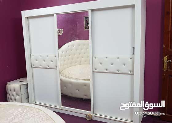 غرفة نوم بيضاء اللون