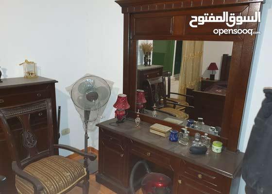 شقة مساحة 160م مفروشة بالكامل للبيع في عمان الغربية بسعر مميز جداً