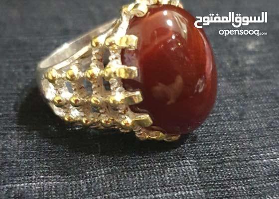 للبيع خاتم عقيق يماني كرزي بصياغة الضريح من فضة بحرينية ثقيلة