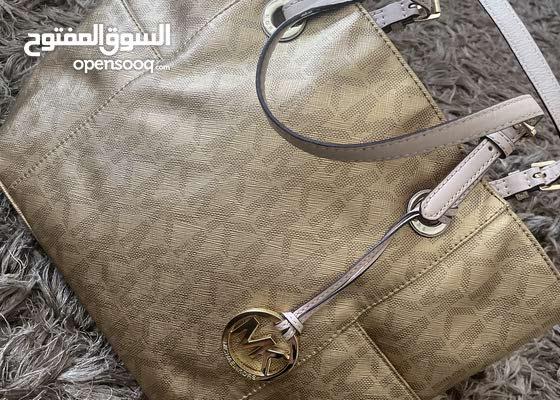 mickel korse gold hand bag in very good condotion