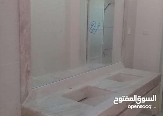 مطلوب فني مغاسل رخام طبيعي Worker working in the field of natural marble, installing washbasins