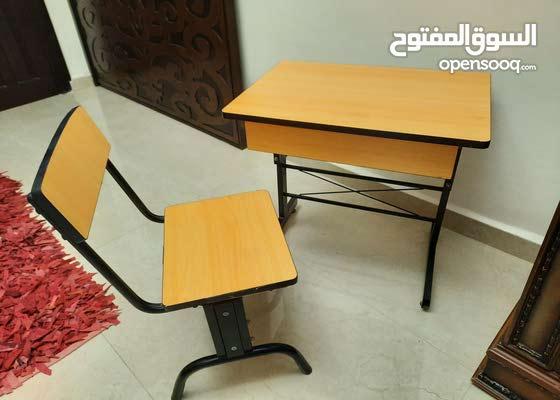 دورج او مكتب مع كرسي من الحديد و الخشب للاطفال او للبدل على صندوق خشب كبير