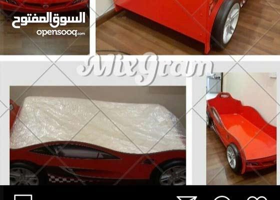سرير سياره حمراء