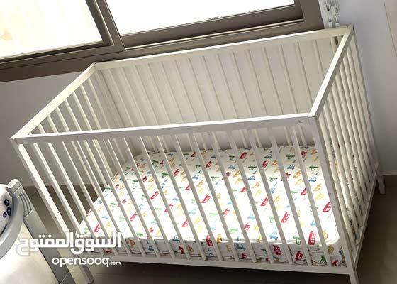 للبيع سرير اطفال مع المترس