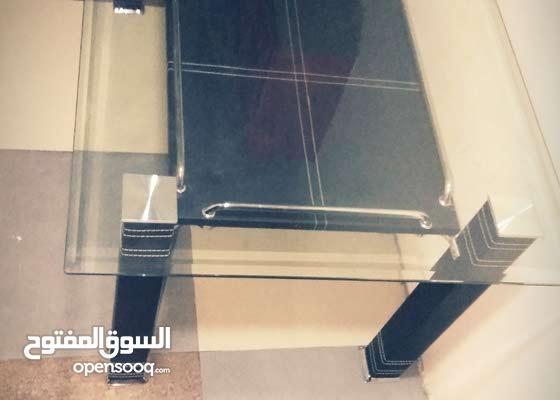 طاولة زجاجية بطول متر ونص وعرض 90 سم