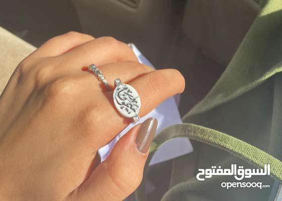خاتم ملكي بالاسم مرصع باثنين فصوص من الزركون البراق - الون صدفي الكتابة اسواد
