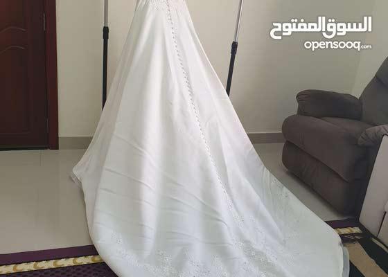 عاجل للحاجه فستان زفاف فرنسي للبيع مع طرحته انييييق جدا فاللبس وقصته كثير مميزه