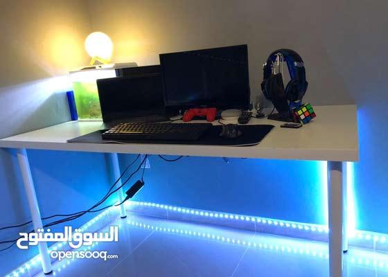 طاولة gaming نظيفة جداً