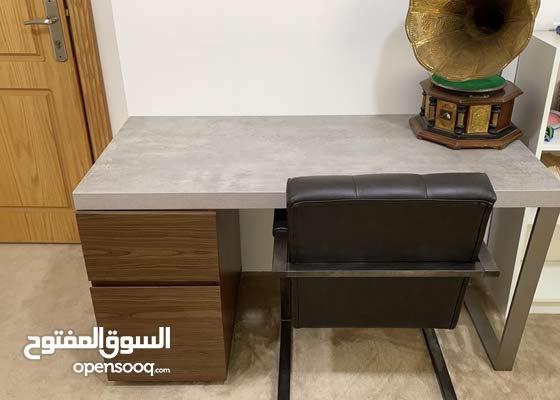 طاولة مكتب مع كرسي