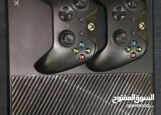 Xbox one with 4 games and 2 controller