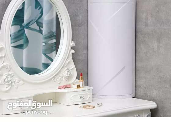 تخزين الرف بالزاويه اما في الحمام او مستحضرات التجميل وهي منظمه للدوران