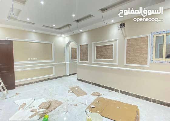 شقة 6 غرف رئيسية  + 4 حمام + صالة  + مطبخ + غرفة شغالة + غرفة حارس + خزان خاص سفلي و علوي + موقف خاص