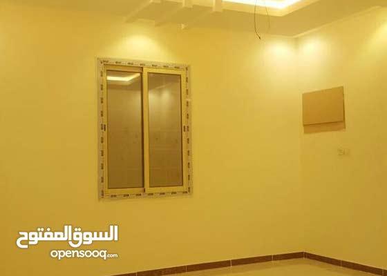شقه روف خمس غرف و4 دورات مياه وصاله ومطبخ مدخلين