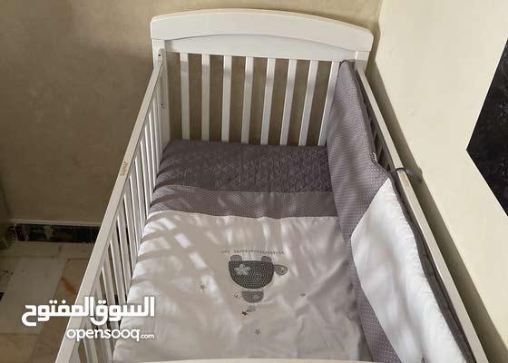 سرير لون ابيض - من عمر شهر الى 4 سنوات