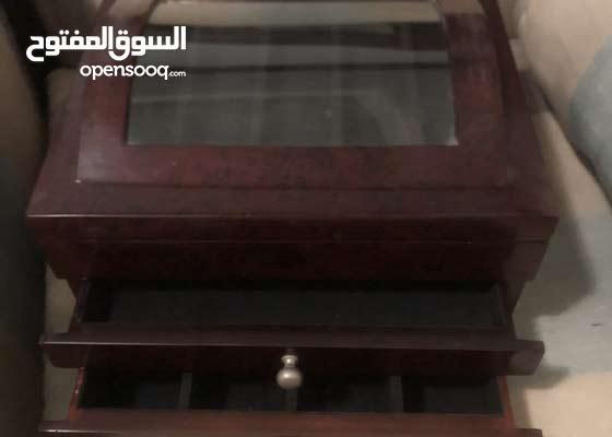 صندوق اكسسوارات خشبي رائع من هوم سنتر بمرايا استعمال جداً بسيط الوحده 100 ريال
