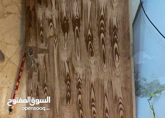 باب خشب نظيف جدا