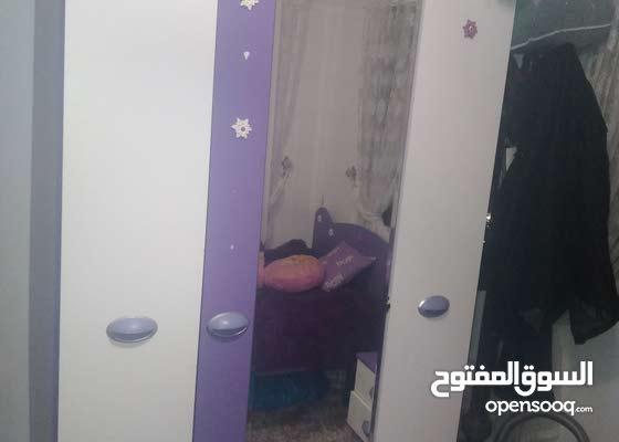 غرفة نوم ممتازة للاطفال التخت مفرد ونصف وخزانة وطاولة جانبية وبيرو مراي