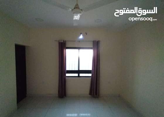 شقة من 3 غرف و غرفة خادمة و 3 حمامات!
