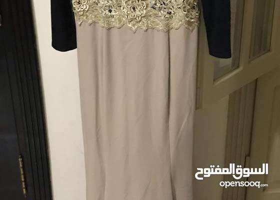 للبيع فستان سواريه استعمال مرة واحدة لوزن 65ك بديل طويل لونه اسود فى بيج