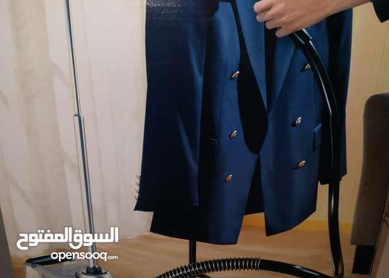 مكواة ملابس بالبخار للبيوت الراقية ومحلات الملابس لكي الملابس وهي معلقة