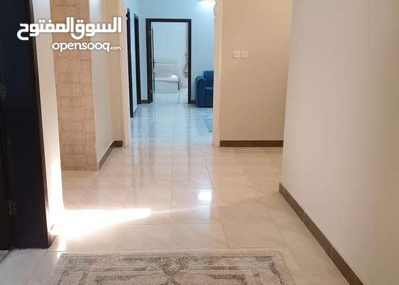 شقة جديدة مؤثثة 3 غرف ودورتين مياه وصالة ومطبخ مجهز بالكامل في الدور الثاني