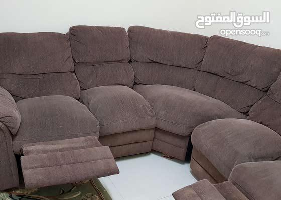 كورنر صوفا مع ريكلاينر وطاولة بحالة جيدة جدا .. sofa with recliner and table