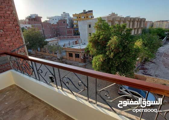 شقة غرفتين وصاله بالهضبه شارع المدارس امام الكهرباء