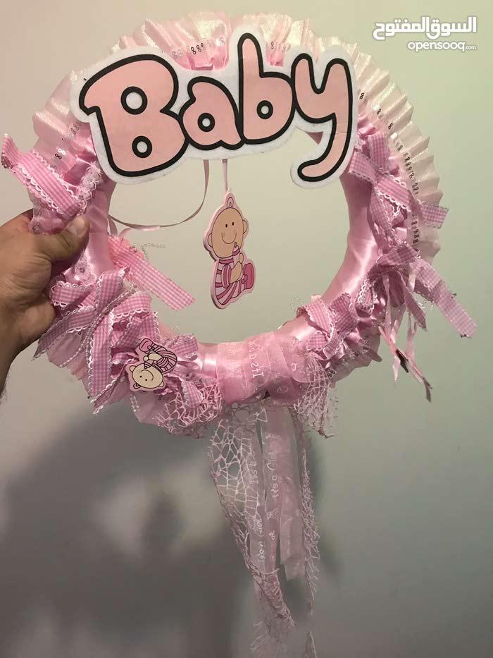 ستاند هدايا حديثي الولادة لون زهري مع طوق