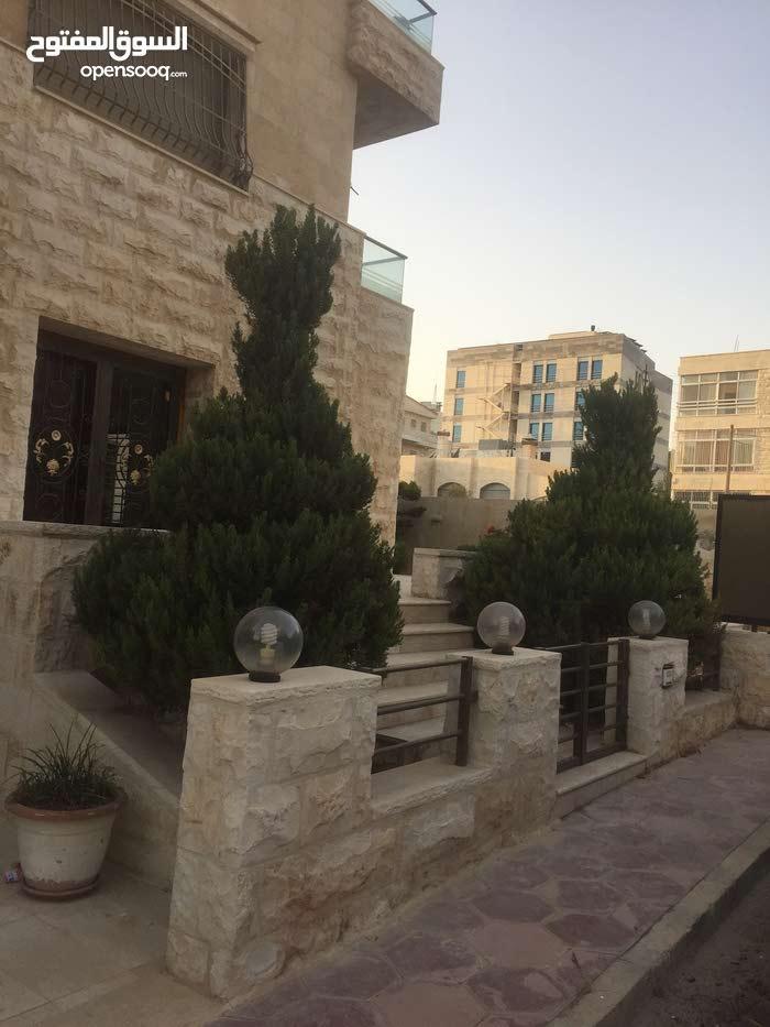 شقة ارضية مع مساحة حديقة 225 متر