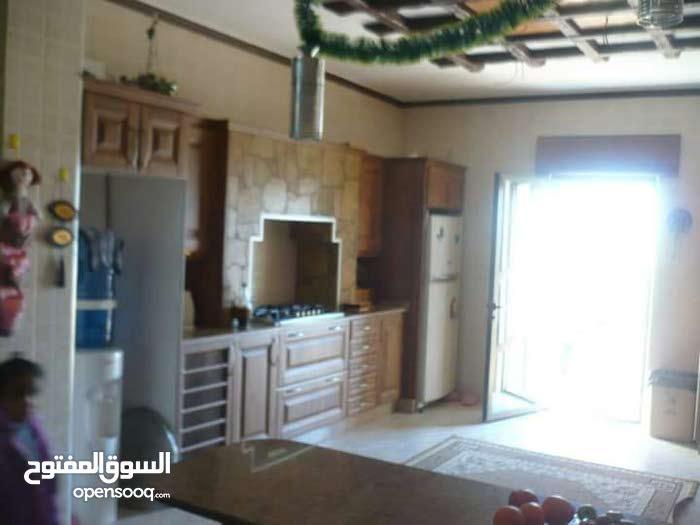 شقة طابقية 300م للبيع - طريق السلط خلف جامعة عمان الاهليه