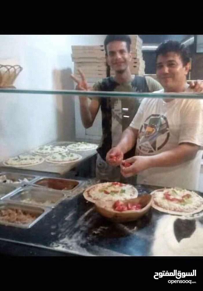 شاف مطبخ ومتخصص في تحضير البيتزا