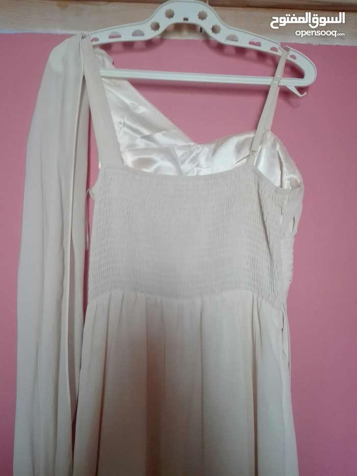 فستان جميل بحالة جيدة جدا للبيع ابيض