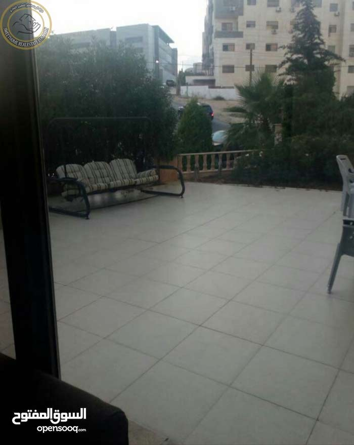 شقة ارضية مميزة للبيع في ام السماق 215م مع ترسات 80م بسعر 165000