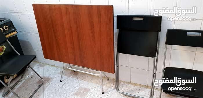 طاولة خشب قابلة للطي لون بني غامق ب99 ريال، 3 كراسي قابلة للطي لون أسود 99 ريال